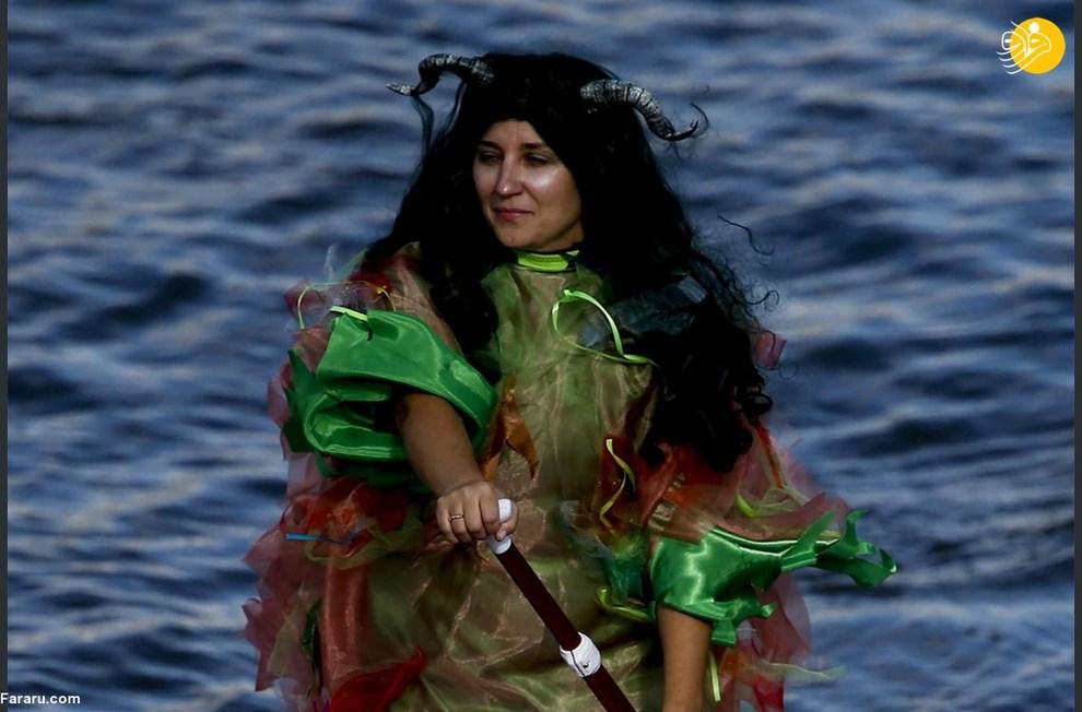 مسابقه پاروزنی ایستاده با لباسهای خاص