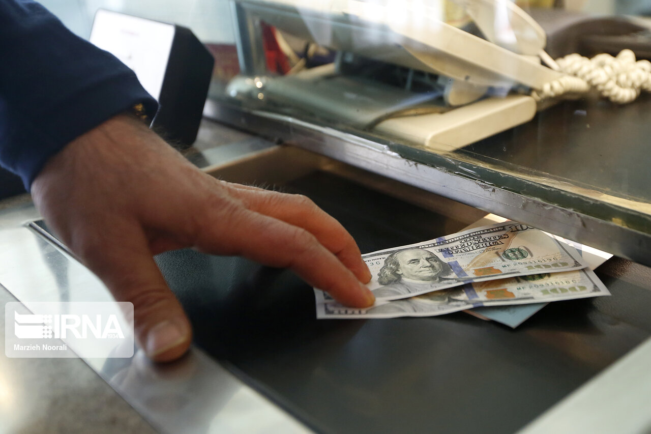 کاهش بهای رسمی ۳۲ ارز