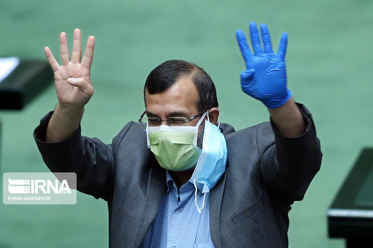 عکس/ محکم کاری آقای نماینده با دو ماسک!