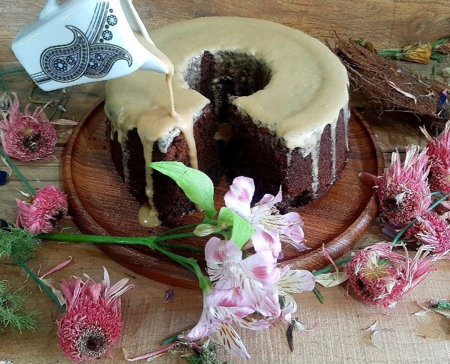 کیک فوق شکلاتی و سس قهوه