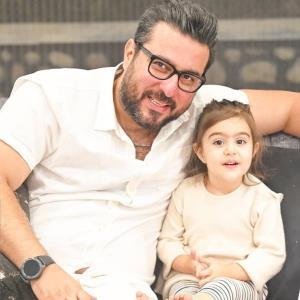 محسن کیایی همراه گل دخترش