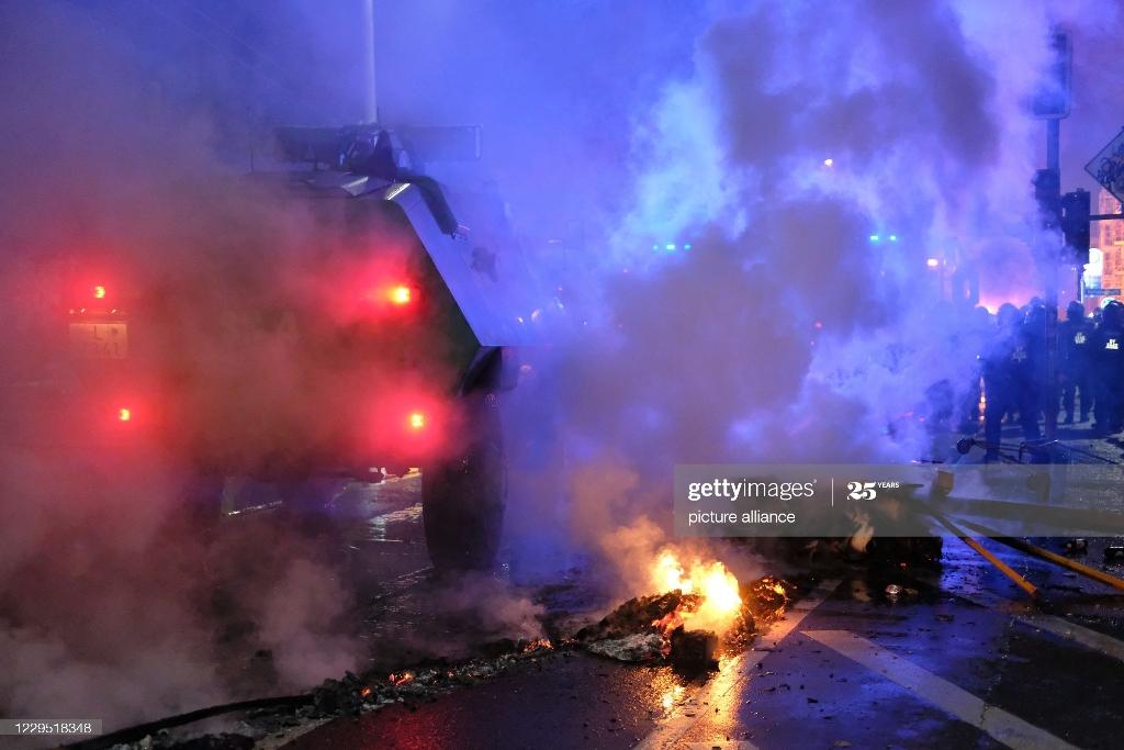 خودروهای آبپاش و پلیس ضدشورش در خیابان های آلمان
