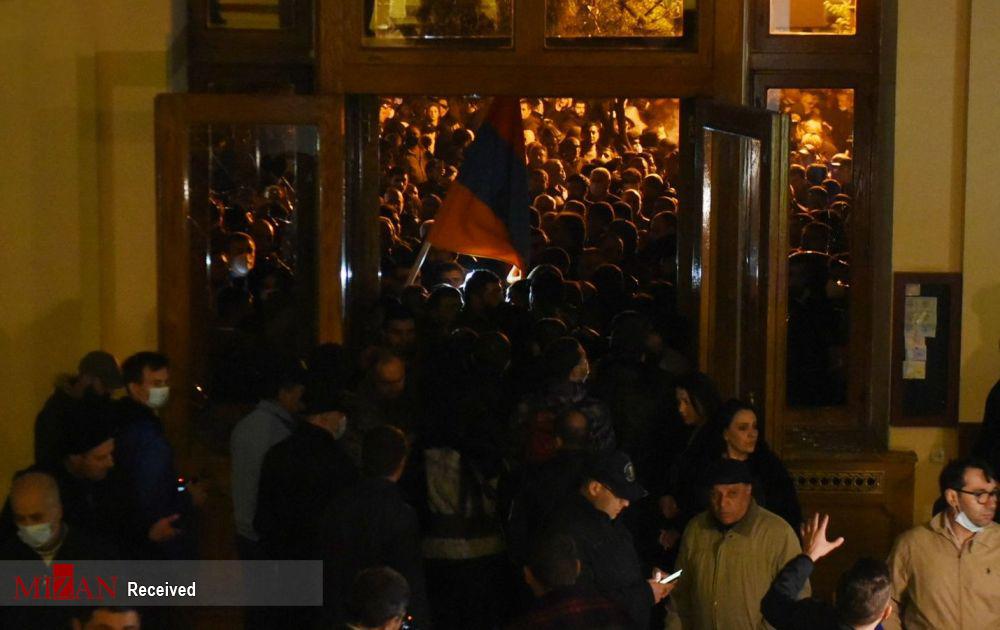 عکس/ تظاهرات به خاطر امضای صلح قره باغ؛ ارمنی های خشمگین پارلمان را اشغال کردند