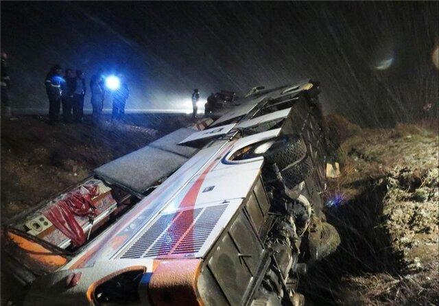 یک کشته و ۲ زخمی در پی واژگونی اتوبوس در چهارمحال و بختیاری