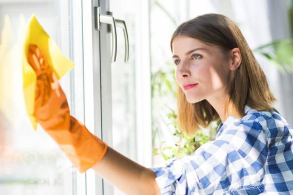 بهترین محلول خانگی برای تمیز و براق کردن شیشهها
