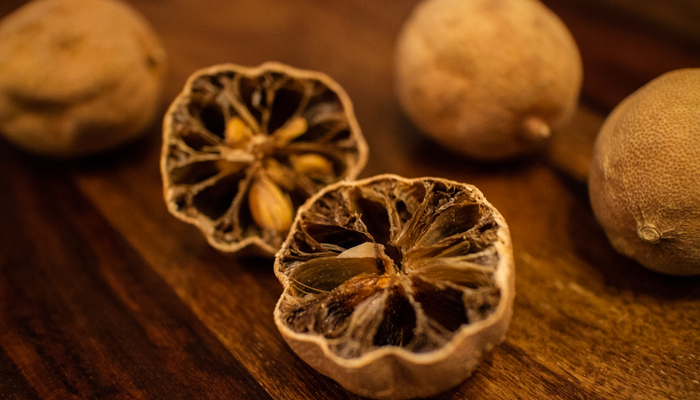 گرفتن تلخی لیمو عمانی به 3 روش آسان