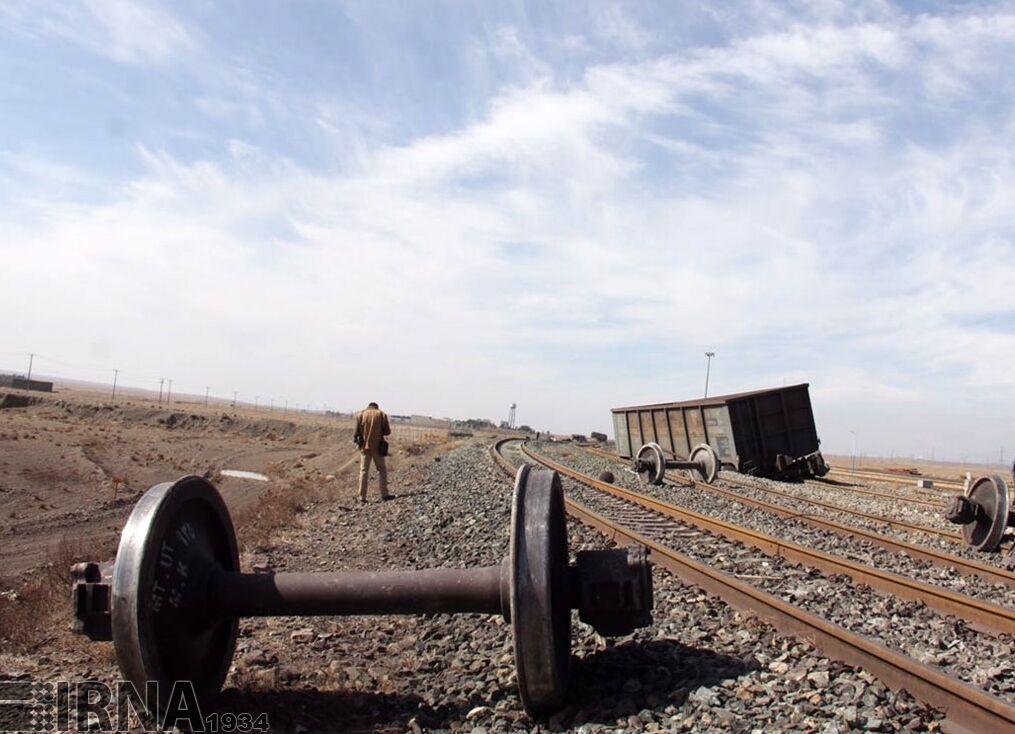 خروج لوکوموتیو قطار باری در محور اصفهان - یزد