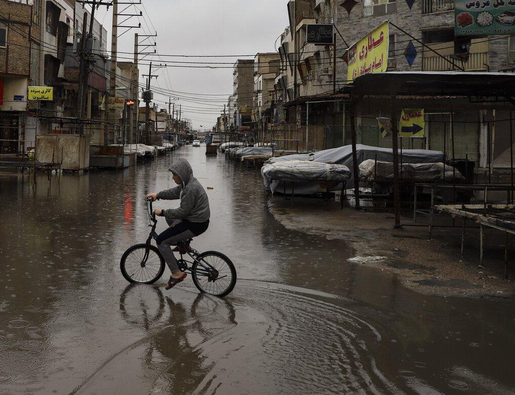 بارش باران باعث قطع برق در اروندکنار و آبگرفتگی در آبادان شد