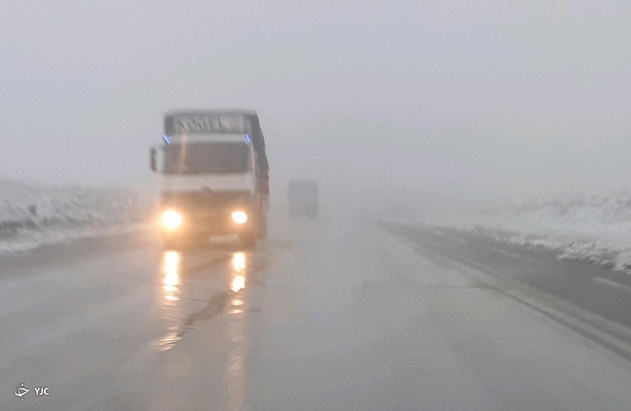 مه غلیظ و بارش باران در محور قدیم ساوه-همدان