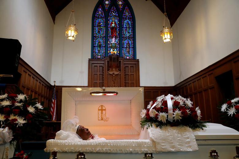 تابوت باز یکی از قربانیان کرونا در کلیسا
