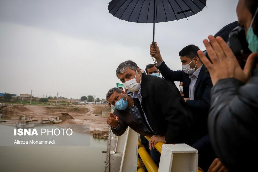 عکس/ چتری برای وزیر راه در هوای بارانی خوزستان