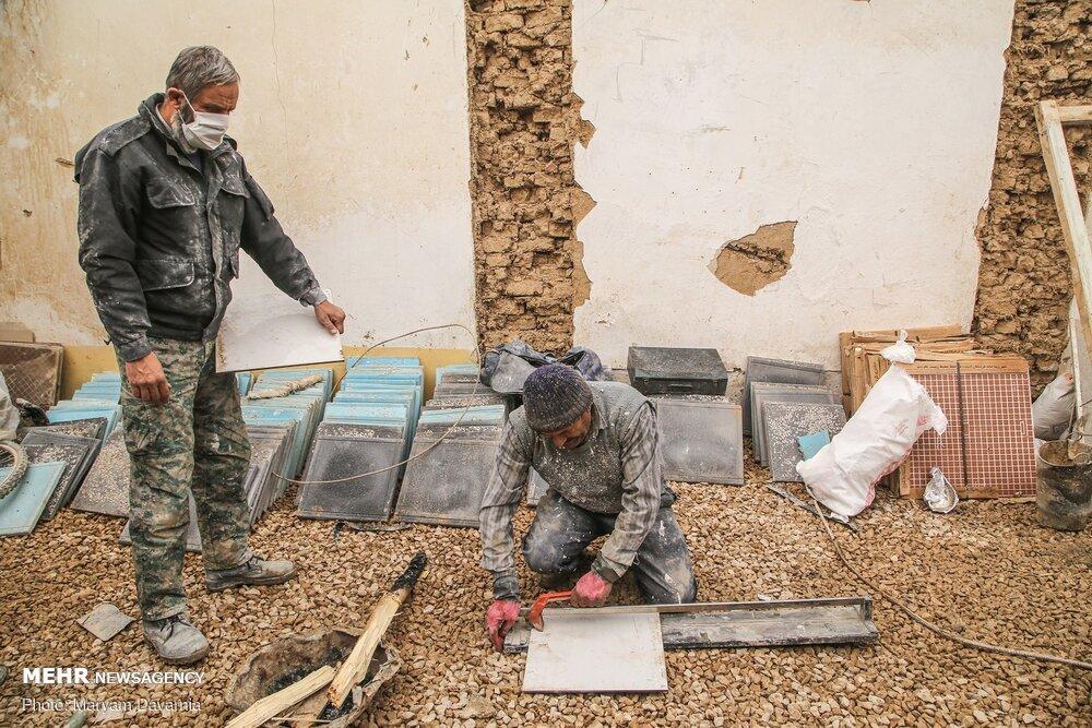 عکس/ ساختن سقفی برای محرومین در روزهای کرونایی