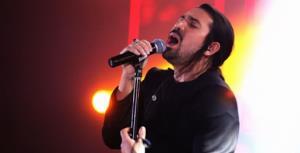 اجرای زنده آهنگ «بماند» امیر عباس گلاب در برنامه یلدای تی وی پلاس