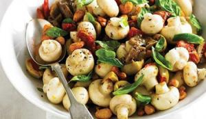 با سالاد گرم مرغ و قارچ در آشپزی تنوع ایجاد کنید