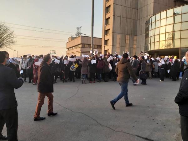 تجمع پرستاران بیمارستان میلاد مقابل ورودی بیمارستان