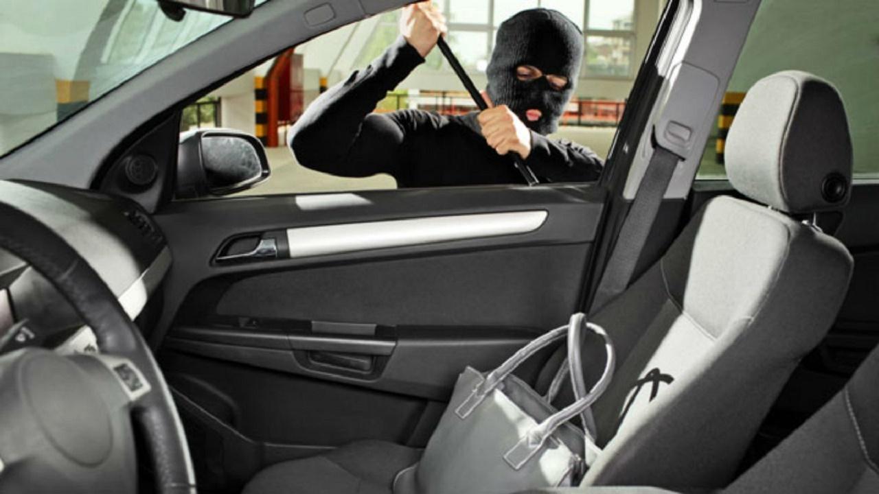 دستبند پلیس بر دست سارق محتویات خودرو