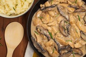 غذای ملل/ بهترین روش برای خوشمزه ترین «چیکن استراگانف» روسی