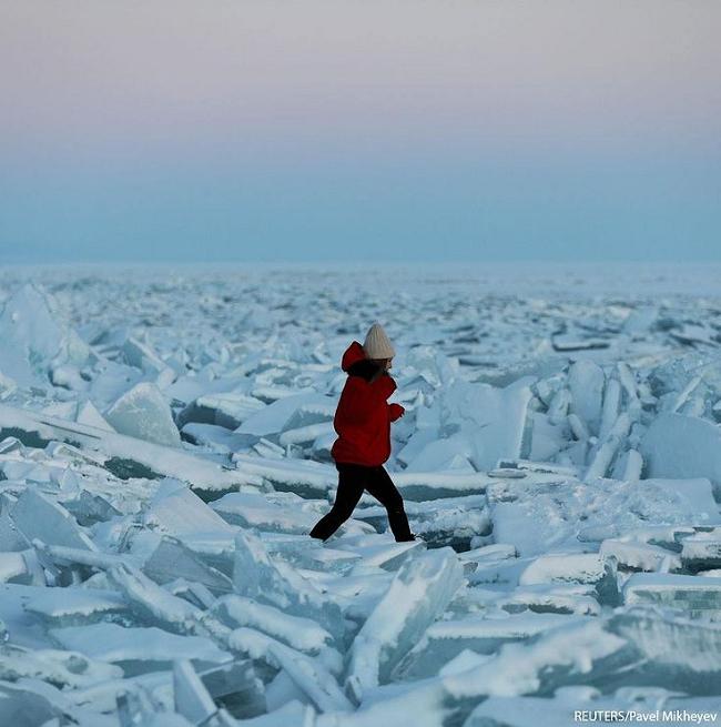 عبور از میان تکه های انبوه یخ