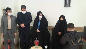 هدیه مادر شهید هستهای به ۱۲ دانشآموز زنجانی