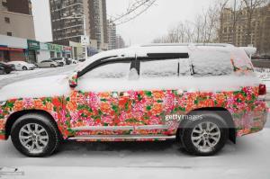 یک خودرو «تویوتا» اسپورت با طرح عجیب و رنگارنگ در چین