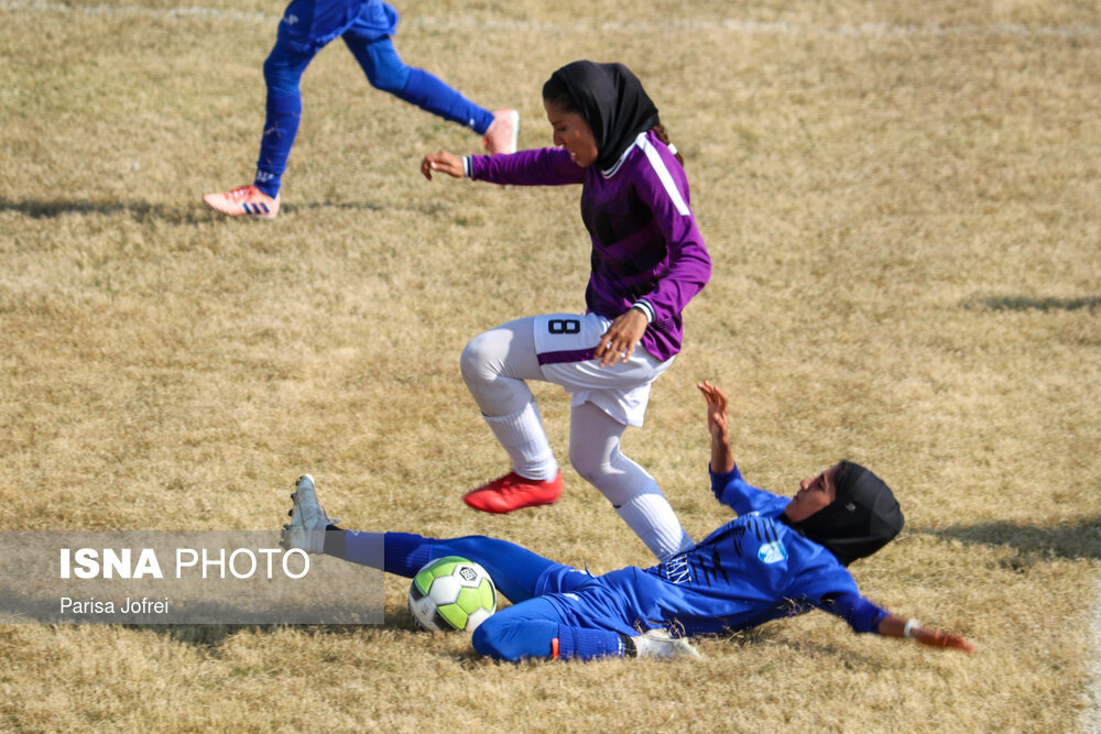 عکس/ تکل بانوی فوتبالیست در مستطیل سبز