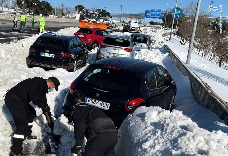 عکس/ گیر افتادن خودروها در برف و سرمای اسپانیا