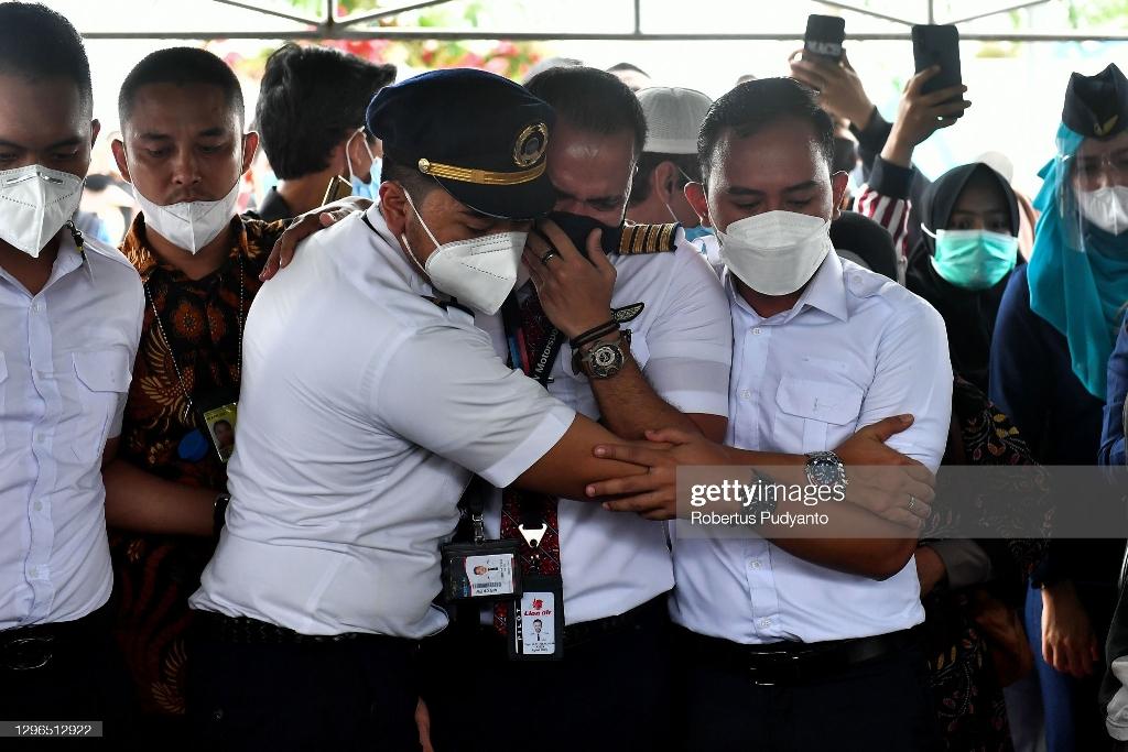 عکس/ مراسم تشییع خلبان هواپیمای سقوط کرده اندونزی
