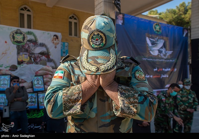 عکس/ گریه های یک ارتشی در تشییع پیکر شهید گمنام