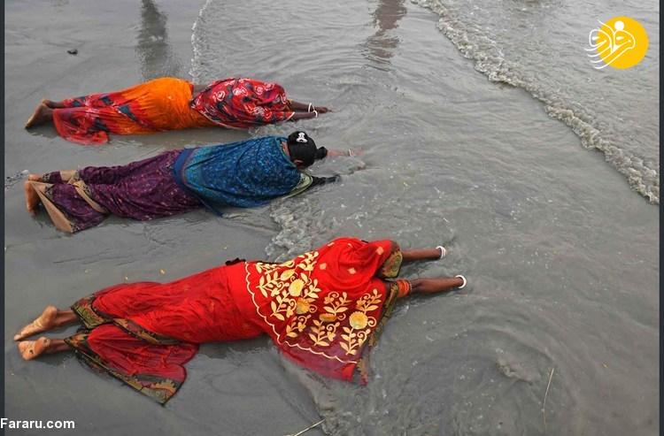 حمام دسته جمعی هندیها برای پاک کردن گناهان!
