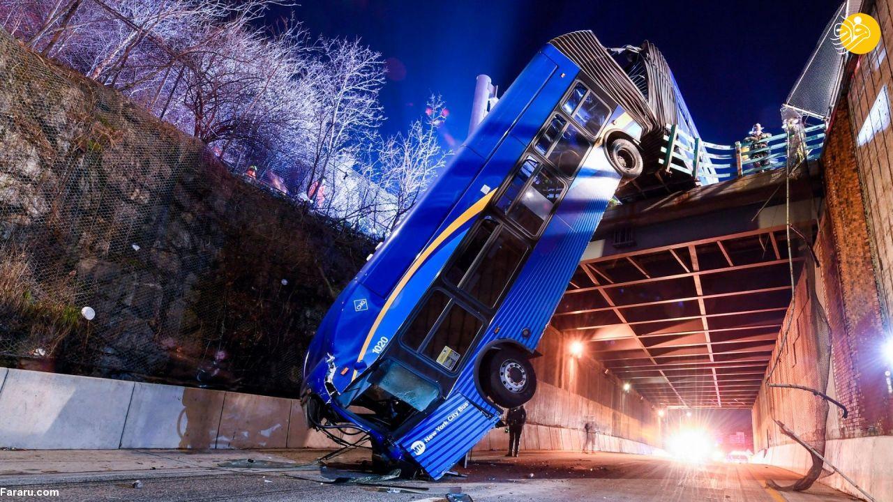عکس/ معلق شدن اتوبوس روی پل روگذر در نیویورک