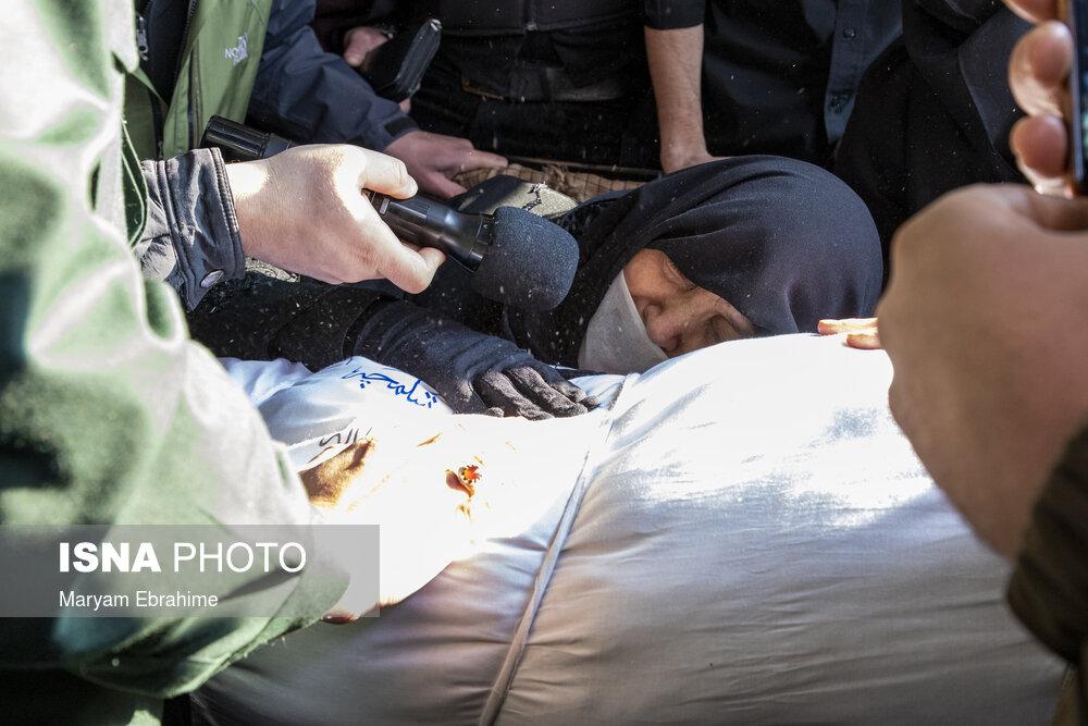 عکس/ زمزمه های یک مادر با شهید گمنام