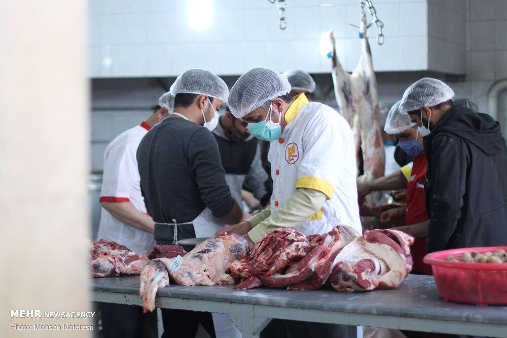 عکس/ طبخ و توزیع ۵ هزار پرس غذا بین نیازمندان خراسان جنوبی