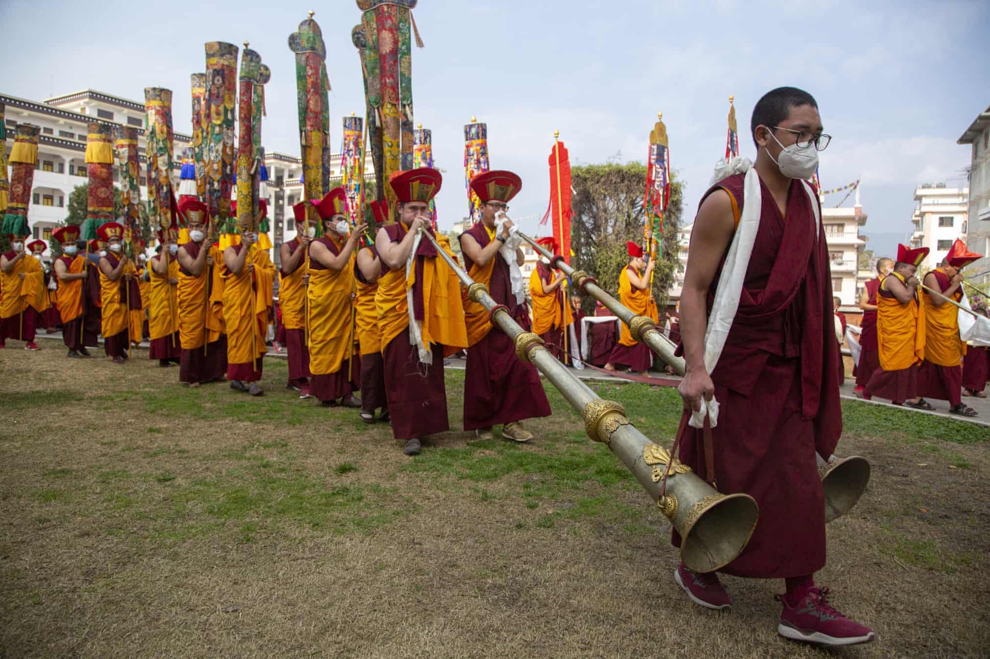 حمل سازهای سنتی سنگین در مراسم تشییع!