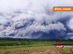 خروج دود و خاکستر از کوه آتشفشان در اندونزی