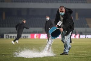 تلاش برای بازگشت به فوتبال با سطلهای آب جوش!