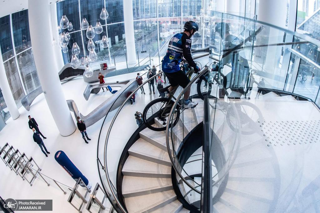 صعود از پله های برج 33 طبقه با دوچرخه