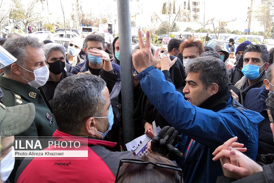 عکس/ تجمع مال باختگان مقابل ساختمان بورس تهران