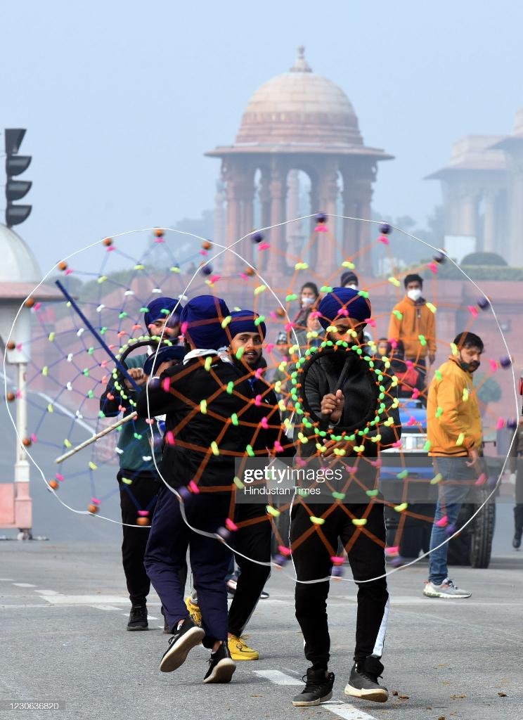 حرکات نمایشی هندی در رژه نظامی