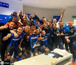 شادی بازیکنان اینترمیلان پس از پیروزی بزرگ