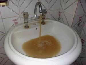مرکز بهداشت اهواز: آب شرب بو میدهد ولی مخلوط به فاضلاب نیست
