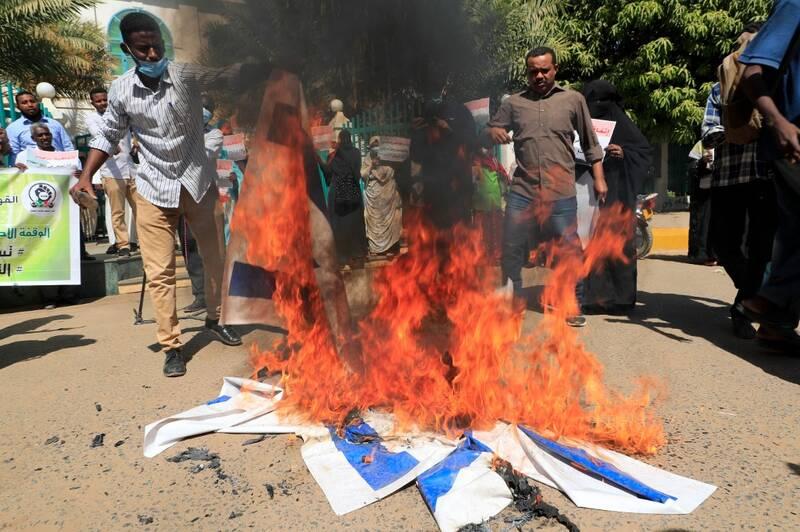 آتش زدن پرچم رژیم صهیونیستی در تظاهرات سودان