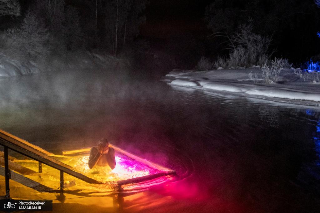 مردی در جشن های اپیفانی ارتدکس در آب های یخی