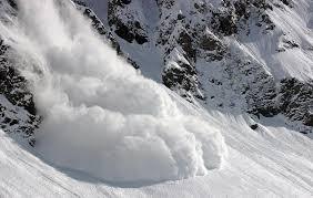 لحظه سقوط بهمن در کوهستان