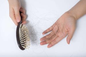 ۶ توجیه پزشکی درباره ریزش دائمی موها