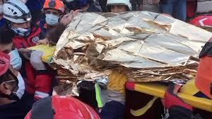 نجات یک زن از زیر آوار در زلزله اندونزی