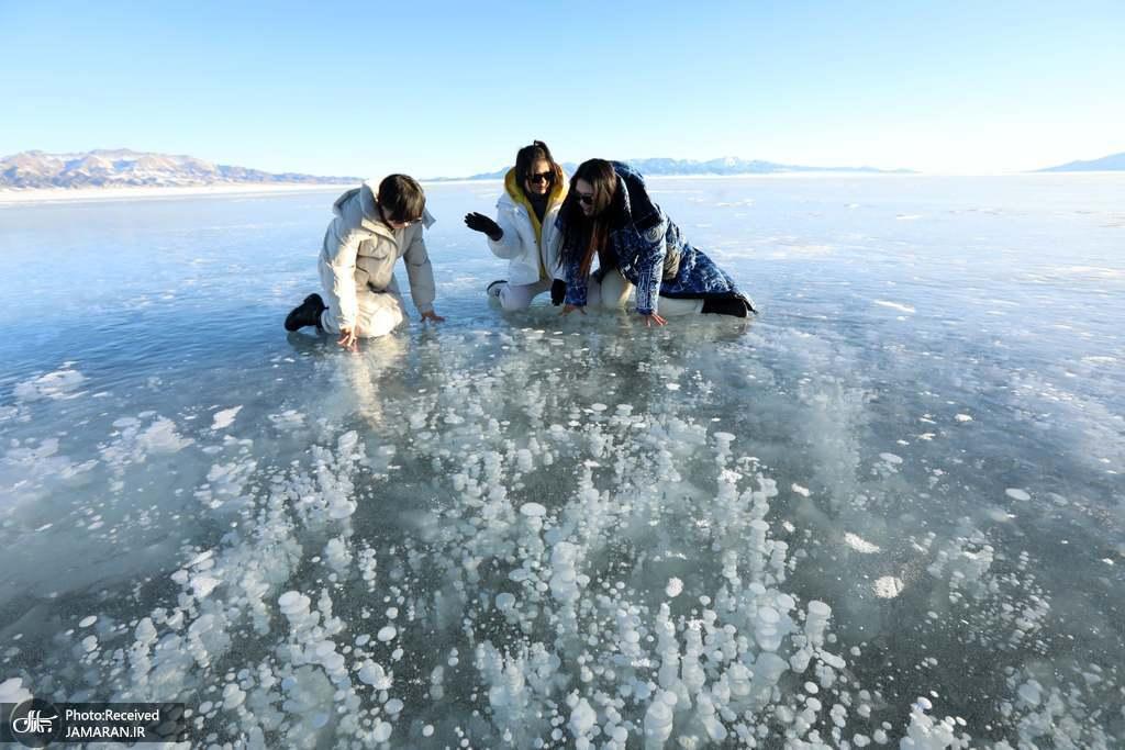 تماشای حباب زیر دریاچه