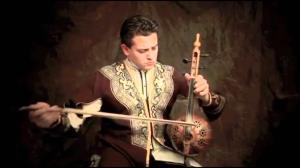 تکنوازی کمانچه دیدنی از هنرمند آذربایجانی، امامیار حسن اف