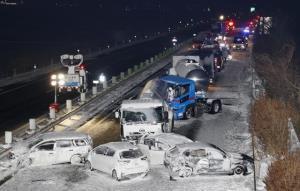 بارش برف سنگین و تصادف زنجیرهای ۱۳۰ خودرو در ژاپن