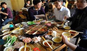 رستورانی در چین با بشقاب پرنده و بدون پیشخدمت!