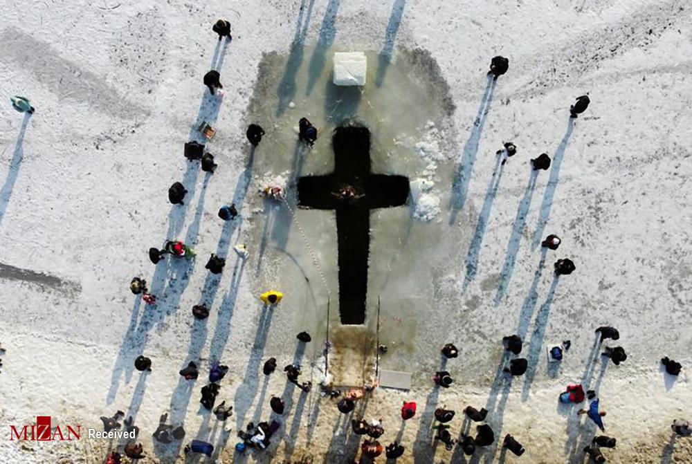 غسل تعمید مسیحیان در آب سرد دریاچه یخ زده